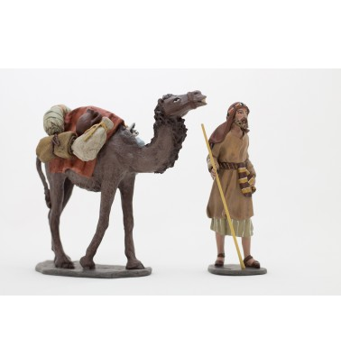 Grupo camellero y camello pie cargado