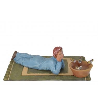 Niño tumbado contemplando pajaritos
