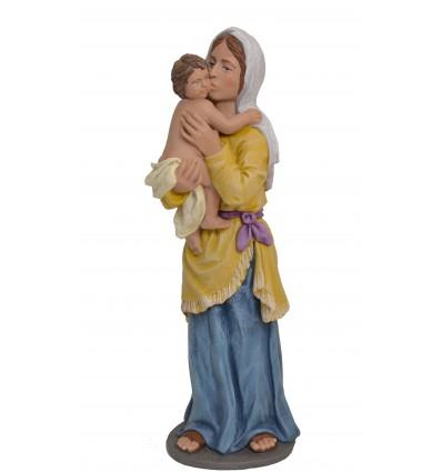 Pastora besando niño en brazos